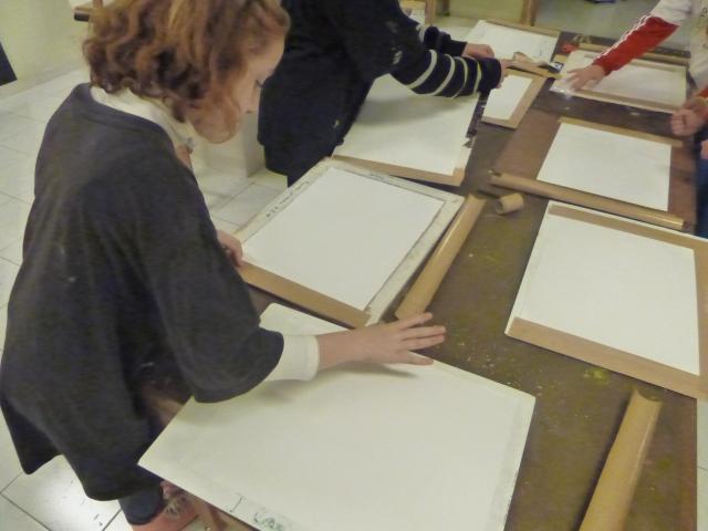sujetando el papelmojado a un tablero con papel engomado